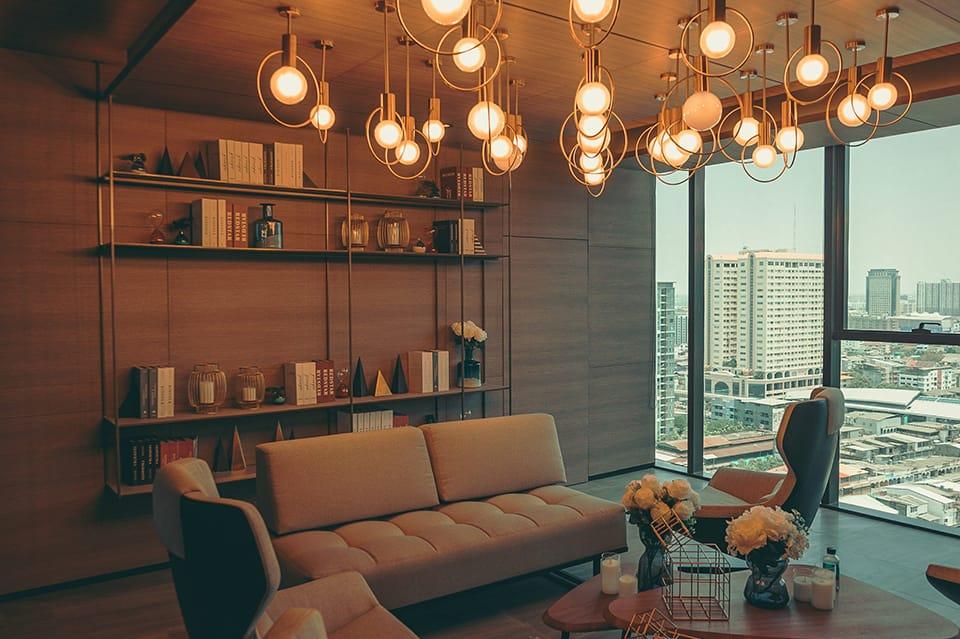 5 combinaciones de lámparas y muebles para un salón vintage