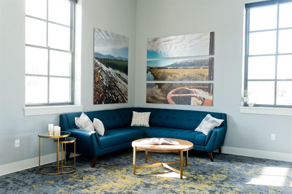 Las mesas auxiliares vintage son un gran apoyo en el mundo de la decoración, ya que aportan estilo y ayudan a resolver una buena cantidad de espacios en blanco.