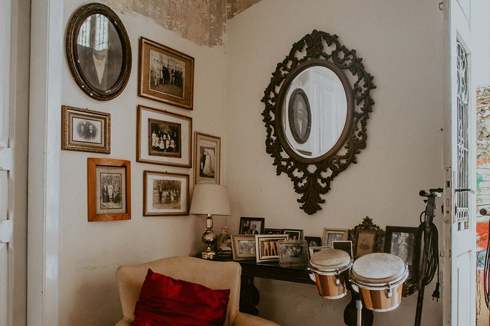 Los mejores trucos para decorar una pared vintage 5